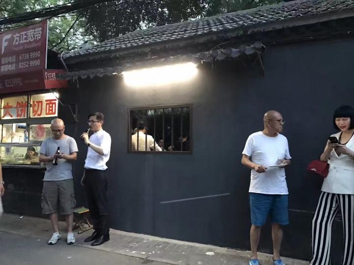 杨振中《栅栏》 2017在整个展览过程中,艺术家暗中安装的监视器记录了日日夜夜里的一切举动,并显示在隔壁的咖啡馆中。