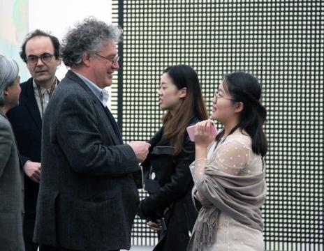 本届评委之一,圣像美术馆馆长乔纳森•沃金斯在活动现场与记者交流
