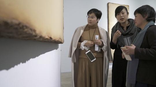 艺术家陈淑霞(右一)、美博文化执行董事徐娟(中)与展览嘉宾现场交流