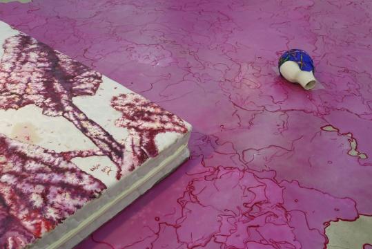 """红色的流淌的蜡,就像从""""美人蕉""""中离开的色彩,蔓延在整个空间中"""