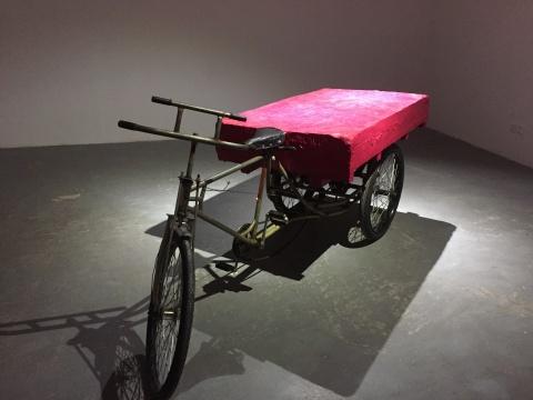 《权力与江山》 283×88×93cm三轮车、油画颜料 2008