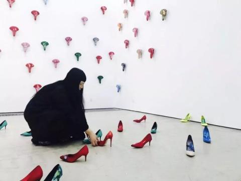 艺术家蔡锦在布展现场