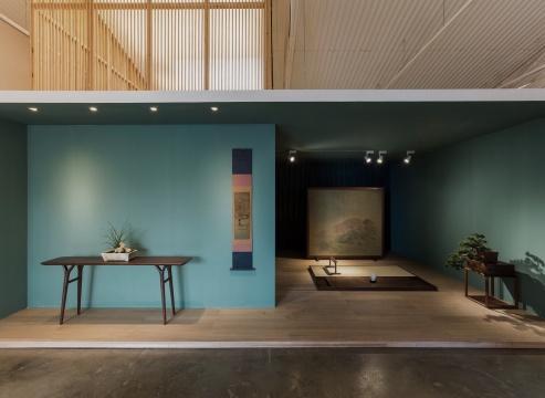 陈督兮与素元的设计师薛飞合作了屏风和隐几的设计,创作了屏风上的画作,摆放着他亲自烧制的白瓷香炉,一幅立轴,还有立轴旁的盆景。