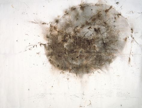 蔡国强,《地球也有黑洞》,1993年,纸上火药画,305x403厘米,卡地亚当代艺术基金会藏品,巴黎  Photo © Florian Kle