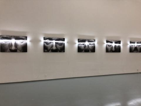 """于霏霏 《关于""""凝视""""的研究之二》 68×100cm×5 摄影,收藏级打印于哈内姆勒纸 灯光装置 2017"""