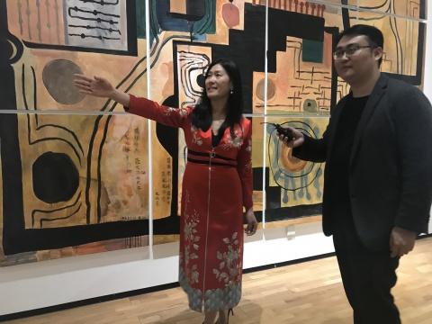 龙美术馆馆长王薇在现场亲自讲解
