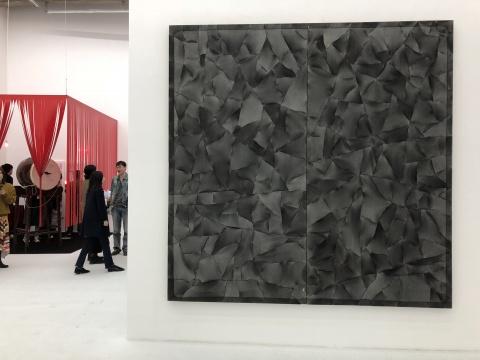 马秋莎,《沃德兰 黑方》,水泥、钢、木板、树脂、尼龙,245×245cm,2016