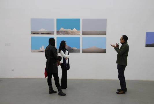 艺术家刘博大现场阐释作品《彼岸》这套作品源于几年前他在手机里修改过往的旅行照片