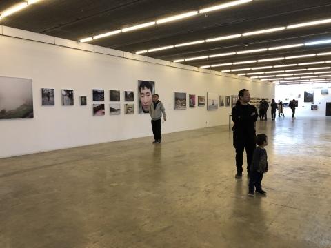 """第十届三影堂摄影奖""""起承"""" 王拓18分钟的影像作品《审问》夺魁"""