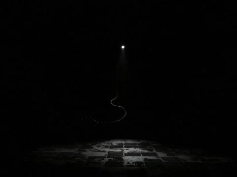 《水钟摆》,2010,装置,橡皮软管、 水泵、频闪闪光灯,尺寸不定