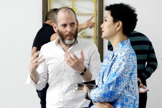 策展人达沃·霍根与盒子美术馆艺术总监周力