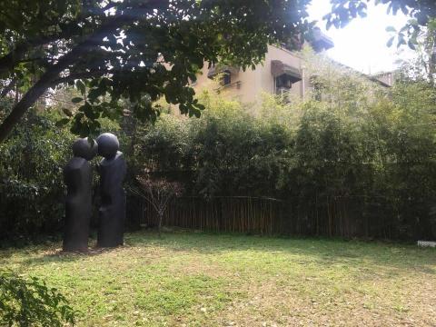 胶囊画廊的小庭院常常成为作品的第一个展示区