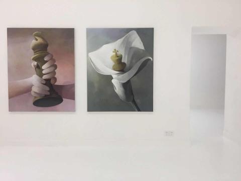 作品从左至右《摩挲》、《一个陷阱一个祝福》