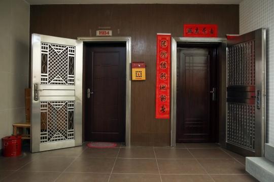 展览将这些影像置于沉浸式的剧场环境当中,复现了时代美术馆所在住宅小区的半公共空间,同时将日常生活的过渡区域(比如电梯间、酒店和医院走廊)构筑成作品之间的桥梁。