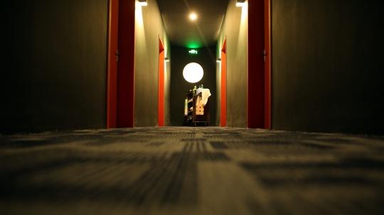 另一件为改造为酒店走廊的展厅