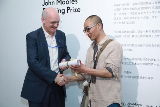 策展人Lewis Biggs为获大奖艺术家 钟学庆 颁奖