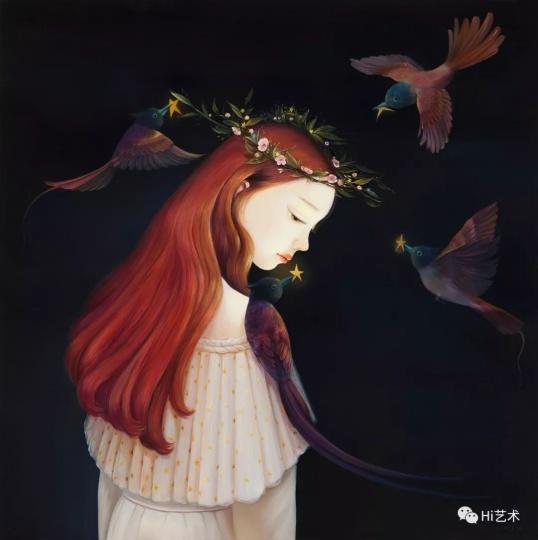 """《遗落的那颗星》120×120cm布面油画2017  """"我儿子特别喜欢听《小星星》那首歌,我觉得他就是我的一颗小星星,来到了我的身边,陪伴在我左右。鸟儿飞在周围,在夜空下就像小精灵一样,带来美好和温暖。"""""""