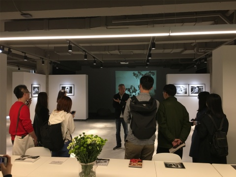 4月9日下午,王珺与媒体朋友导览、交流