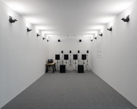 哈桑·汗《咚-嗒-嗒-咚-嗒》尺寸可变 声音:23分46秒 调音台、功放、扬声器、灯光、演出控制器 2005