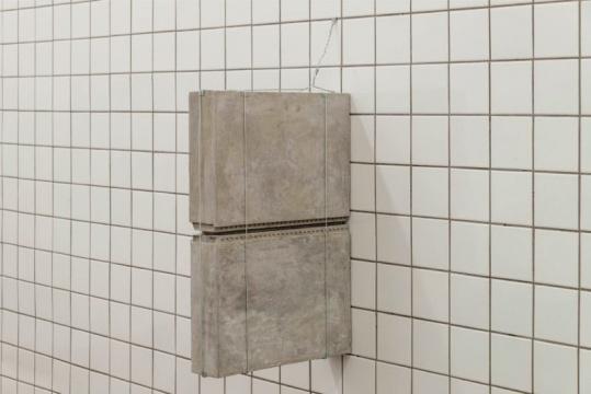 张如怡《装修:错置》尺寸可变 混凝土、水泥板、铁片、铁丝、钢筋、树脂、地漏、色粉、瓷砖、金属、镜子、猫眼 2018