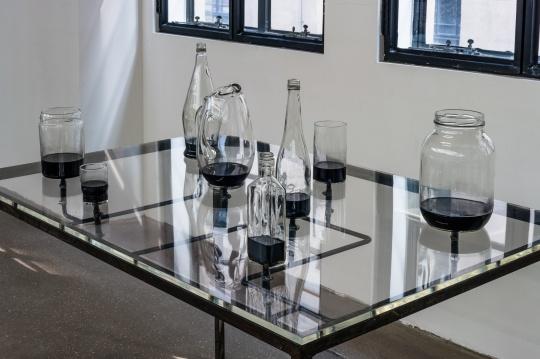查尔斯·雷《病毒研究》93x137.5x75cm 玻璃、金属、墨水 2018