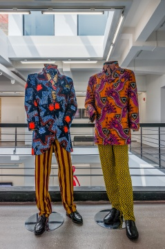 因卡·修尼巴尔 《热情的男人》蜡、印花棉纺织品 152.5x61x61x2cm 1999