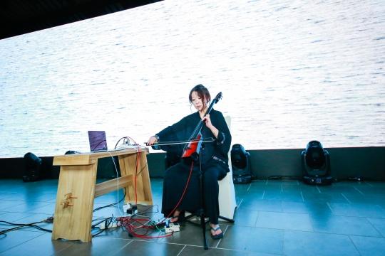 盛洁,从事声音与影像的艺术创作。作品《声河》从一个简单的小节开始循环即,形成一个巨大而丰富的声音团以创造出一条如长河般的流动性氛围音乐。