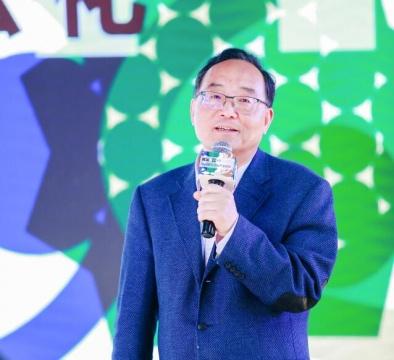 """杨建新,用统计数据说话,分享了关于""""对国家过去若干年和未来文化产业发展""""的想法与建议。"""