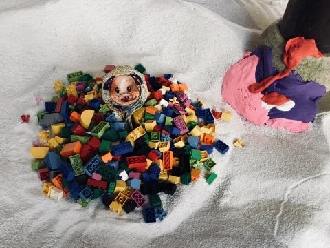 """娄申义作品(局部),创造了一个以""""西游""""为主题的""""孩童""""乐园,用炫丽的色彩与简单明确的意念,昭示出其自由率真的艺术理念。"""