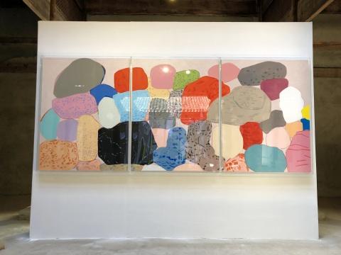 张晖作品,从2011年开始的《组合》系列,表面看是对石头外形的描绘,但作品的指向不是叙述性的,而是关于内心的挣扎与感悟。