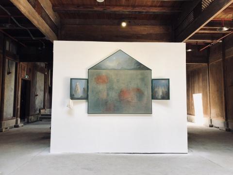 陈可装置绘画作品《黄山纪游》,作品来自艺术家2017年陪父母黄山之旅因大雾未能得见迎客松的缺憾经历,凭借感受及想象完成的作品,提供了一个思考艺术的方式。
