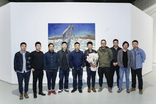 艺术家龚辰宇及师友在展览现场
