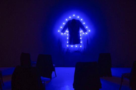 """《大衣与座椅》,""""忆所""""展览现场,上海当代艺术博物馆"""
