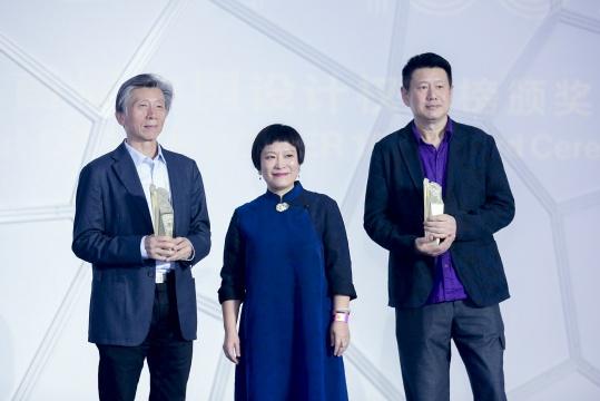 左起:中央美术学院院长范迪安、艺术权力榜创始人、组委会主席顾维洁、第十一届中国艺术权力榜轮值主席周春芽