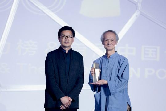 首届中国设计权力榜学术委员会主席曾辉(左)、《汉声》创办人黄永松(右)