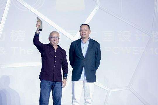 年度艺术家大奖得主萧昱(左)、观唐文化董事长李保刚(右)