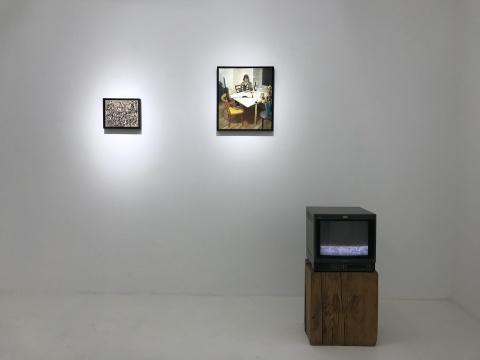 左:《被征服的韵律》 20x25cm布面丙烯 2018 右:《艺术史学者梅塔-玛丽娜-贝克在翻看波洛克画册的时候不小心把红酒打翻在了桌上》 45x40cm布上油画 2014  右侧录像作品:《红酒渍》尺寸可变录像循环放映 2015 程昱峥利用绘画、摄影、文字、录像这些不同的媒介,让不同作品紧密联系在一起,形成一种互相阐释的关系