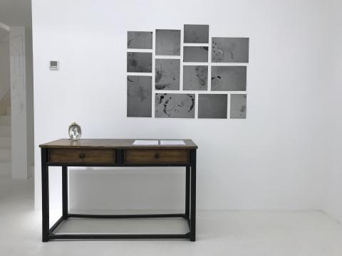 墙面:《一个画室架子的曲折命运》尺寸可变收藏级喷墨打印2014  桌上:《感情丰富的男人(少年波洛克像) 》 13.5x10cm纸上丙烯、古董镜框 2015