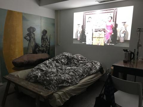 程昱峥将自己的卧室开放出来的同时,在墙上投影出一件时长约为30分钟左右的影像作品《天才》——两位苏州评弹演员以传统说和唱的方式讲述波洛克和他最贵的作品《第五号1948年》的编年成长史——由程昱峥所编写的一个半真半假的故事。