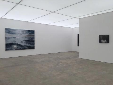 左侧展厅展出刘海辰布面绘画和铜版画