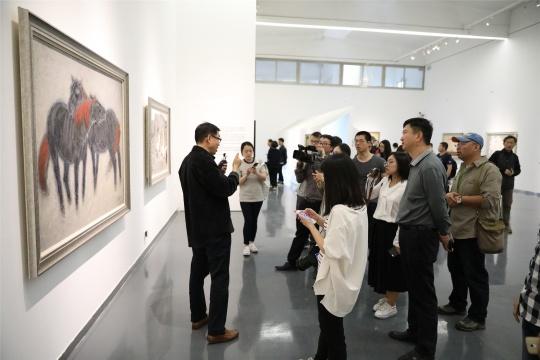 学术主王鲁湘在展览现场进行导览