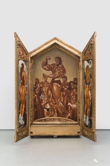 """《偶像-健美先生》 227×120×48cm 木板油画 2018  """"这件作品采用了祭坛画的形式。在其中加了一个感应开关,停顿的时间是一分钟。在健身的过程中,器械的重量对肌肉产生压力,这种压抑反而刺激了肌肉的生长。"""""""
