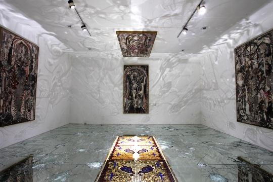 陈彧君 《亚洲地图系列》 展览现场,镜子的反光和金色马赛克十分华丽