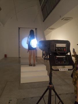 志村姐弟个展现场:观者在体验装置作品《SUN》