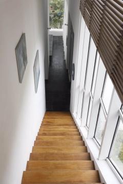 通往二楼的楼梯过道