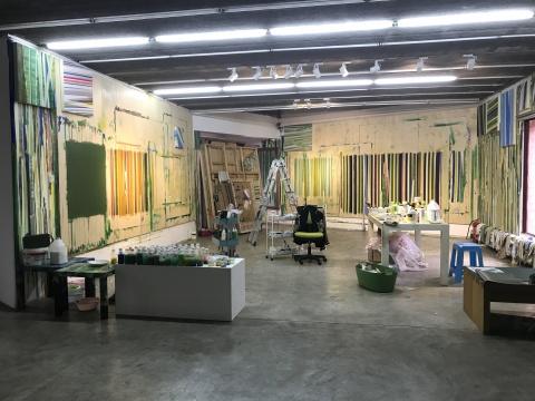 北京现在画廊二层的空间,艺术家还原了自己的工作室