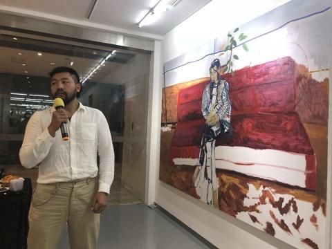 艺术家郑皓中进行作品导览