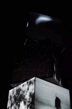 陈萧伊《Mandala— Never Ends》,镜面、多面体灯箱、亚克力2017(2015年第七届三影堂摄影奖大奖获得者)