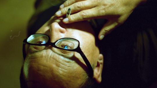 王拓《审问》,2017,单频道高清影像,彩色有声,18 分 35 秒 (2018第十届三影堂摄影奖大奖获得者)