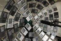 在外交公寓的阳台上,刘展放置了60台收音机接收信号,刘展